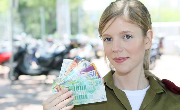 """חיילת עם הרבה כסף (צילום: עודד קרני, פז""""ם)"""