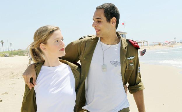 """זוג חיילים בים צוחקים מחובקים (צילום: עודד קרני, פז""""ם)"""