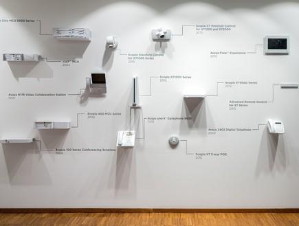 קיר המציג את מוצרי החברה לאורך השנים