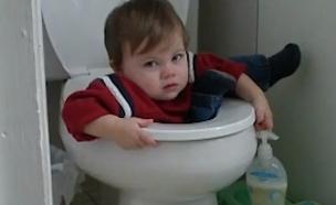 ילד תקוע באסלה (תמונת AVI: יוטיוב)