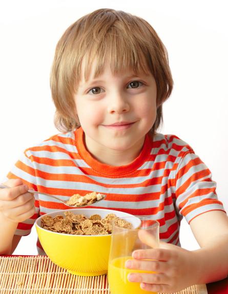 ילד אוכל קורנפלקס (צילום: Bienchen-s, Shutterstock)
