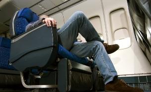 מקום לרגליים במטוס (צילום: Gena Melendrez, Shutterstock)