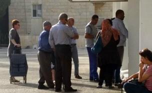 ערבים ויהודים בתור לבנק בארמון הנציב (צילום: חדשות 2)