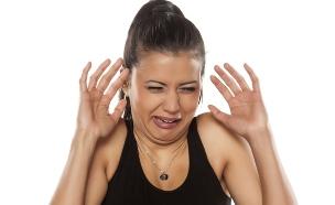 אישה נגעלת (צילום: Vladimir Gjorgiev, Shutterstock)
