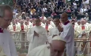 צפו במעידה במהלך הטקס (צילום: סקיי)