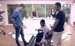 כסא גלגלים שהופך לכסא ממונע (צילום: מתוך הבוקר של קשת, שידורי קשת)