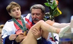 קרי סטרוג - מקבלת את הזהב על רגל אחת (צילום: Mike Powell, GettyImages IL)