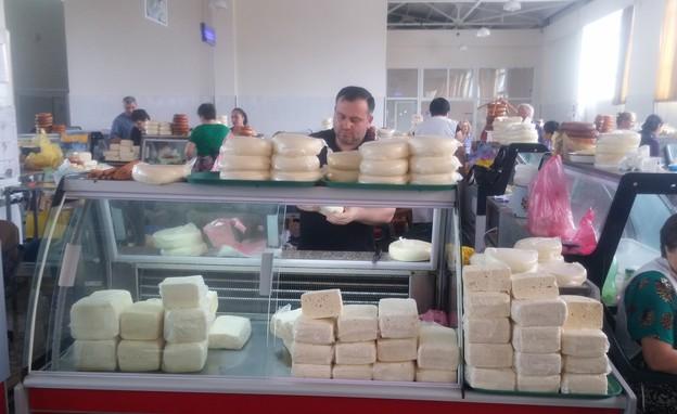 דוכן לממכר גבינות בבטומי (צילום:  שמעון איפרגן)