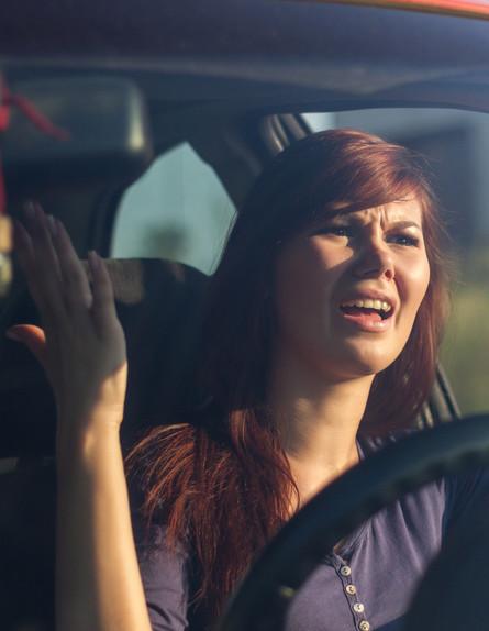 אישה מתוסכלת בפקק תנועה (אילוסטרציה: Shutterstock)