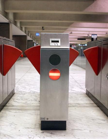 שערים בכניסה לתחנת רכבת תחתית בסן פרנסיסקו (צילום: Justin Sullivan, GettyImages IL)