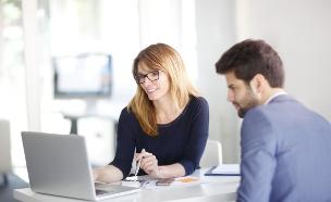 יועצת עסקית מדברת עם גבר (אילוסטרציה: Shutterstock)