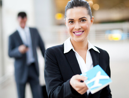 דיילת קרקע מגישה כרטיס טיסה