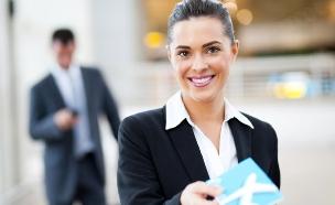 דיילת קרקע מגישה כרטיס טיסה (צילום: michaeljung, Shutterstock)