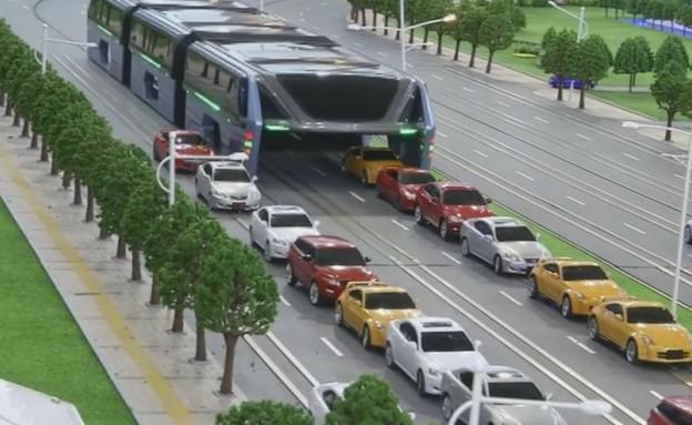 האוטובוס הסיני שנוסע מעל המכוניות (צילום: CCTV)
