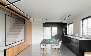מבט_מהסלון_למטבח_ומדרגות (צילום: גדעון לוין)