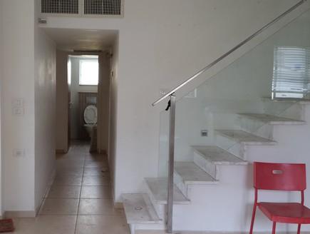 מדרגות_ומסדרון_לפני (צילום: ביתי)