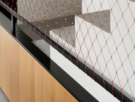 מעיין גבאי, ארון מדרגות ומעקה רשת (2) (צילום: גדעון לוין)