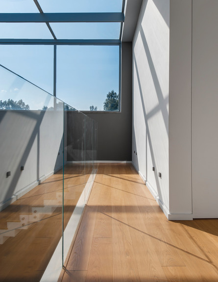 פרקט אלון המשמש לריצוף הקומה מייצר רצף טבעי (צילום: דורית סלע)