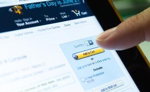אצבע על כפתור הקניה באתר אמזון (אילוסטרציה: Shutterstock)