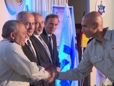 אלמ אבי דהן מקבל אות חניך מצטיין מידי ראש הממשלה