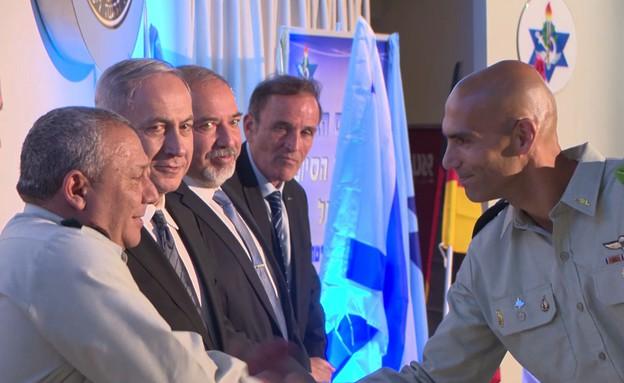 """אלמ אבי דהן מקבל אות חניך מצטיין מידי ראש הממשלה (צילום: דובר צה""""ל, עובדה)"""