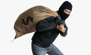שודד סוחב שק כסף (צילום: ShutterStock)