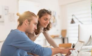 עובדים ביחד ומאוהבים (אילוסטרציה: Shutterstock)