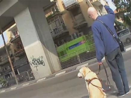 בחור עיוור עם כלב נחייה