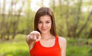נערה מצביעה (צילום: Shutterstock, מעריב לנוער)