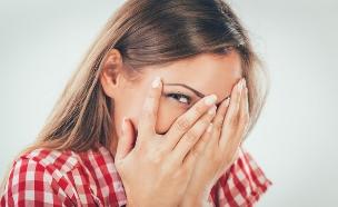 בחורה נבוכה צוחקת (צילום: Shutterstock, מעריב לנוער)