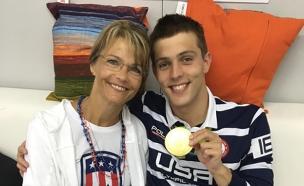 השחיין בראיין הלד עם אמו (צילום: טוויטר)