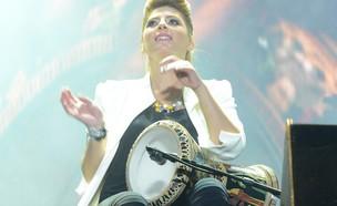 שרית חדד מנגנת, בלומפילד (צילום: שרון רביבו)