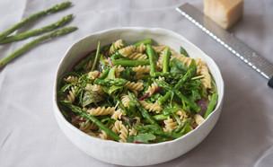 פסטה פוזילי עם אספרגוס ועלים ירוקים (צילום: דרור עינב, אוכל טוב)
