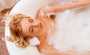 אישה עושה אמבטיה (צילום: George Rudy, Shutterstock)