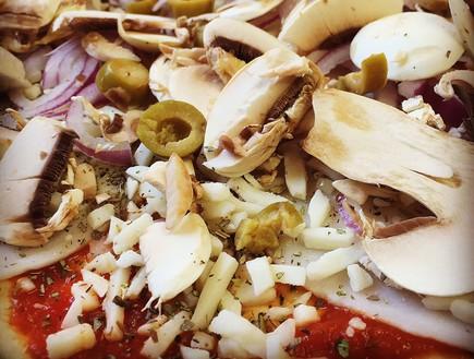 פיצה ביתית של בל קפצן - לפני האפייה