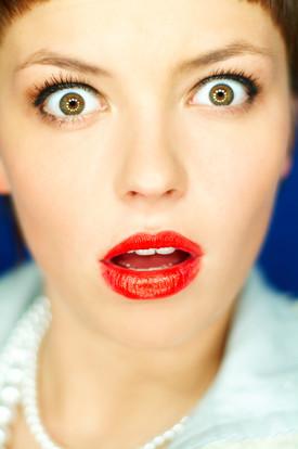 בחורה המומה עם שפתון אדום (צילום: Thinkstock, getty images)