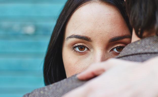 אישה מחבקת גבר (צילום: Shutterstock)