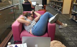 נרדמה בלימודים (צילום: boredpanda, מעריב לנוער)