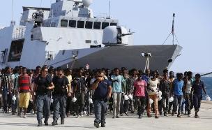מהגרים בנמל סיציליה, ארכיון
