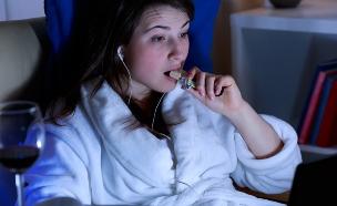אוכלת בלילה (צילום: Photographee.eu, Shutterstock)