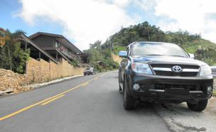 מכונית עומדת בשולי הכביש (צילום: Jason Thien, Flickr)