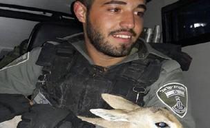 הלוחמים הצילו עופר (צילום: דוברות המשטרה)