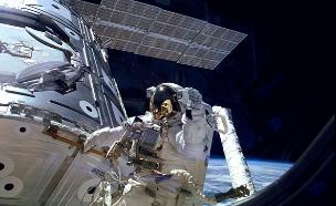 הליכת חלל - לעיני העולם כולו (צילום: רויטרס)