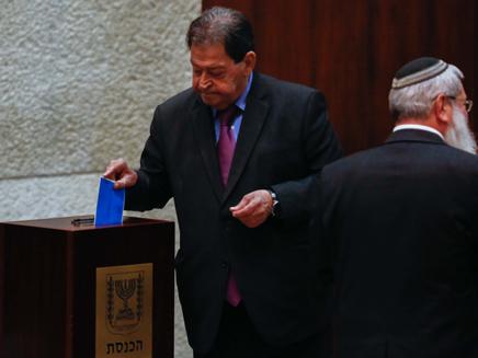 בן אליעזר ביום הבחירות לנשיאות (צילום: יונתן סינדל, פלאש 90)