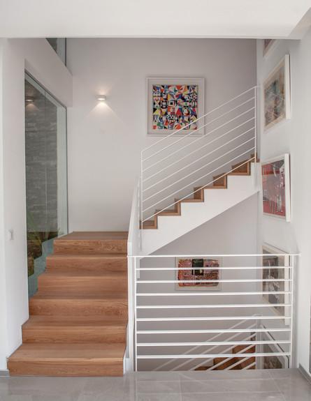 שירלי דן, ג, גרם המדרגות הממוקם לצד הפאטיו