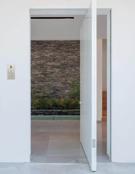 שירלי דן, ג, דלת בגימור צבע לבן מבריק נפתחת ב-90 מעלות