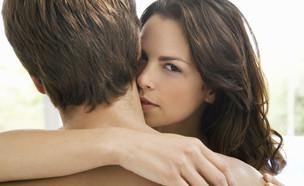 נשיקה בצוואר (צילום: sirtravelalot, Shutterstock)