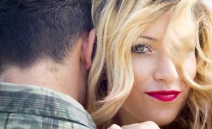 אישה בלונדינית מחייכת (צילום: Shutterstock, מעריב לנוער)