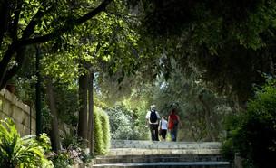 אנשים מסתובבים בגן הירוק, ירושלים (צילום: Marina Yesina, Shutterstock)