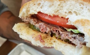 ההמבורגר הטבעוני הטוב בעולם? (צילום: עומר מילר, אוכל טוב)
